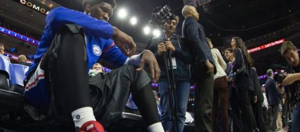 Sixers big man Joel Embiid is out for the rest of the season but still leads the ROY race. [Image via Blasting News image library/inquisitr.com]