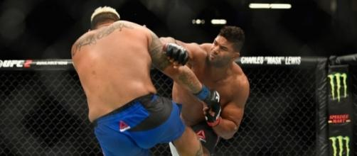 Alistair Overeem catches Mark Hunt with a straight right - fansided.com