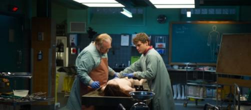 "Brian Cox e Emile Hirsh in ""Autopsy"""
