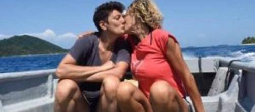 Isola dei Famosi: outing e bacio per una naufraga.