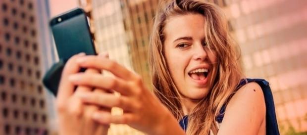 A pessoa que sofre de selficídio, está sempre em busca da selfie perfeita