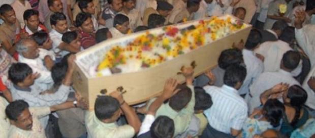 Adolescente acordou na hora de ser enterrado