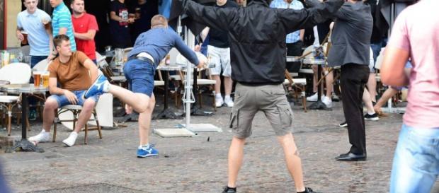Briga entre russos e ingleses num bar durante a EuroCopa 2016