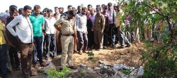 Cadavrul fetiței de 10 ani pe nume Ayesha a fost găsit într-o zonă izolată de la marginea orșului - www.thehindu.com - Photo Credit: B.Mahadeva