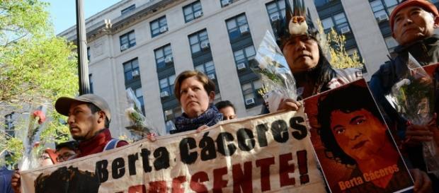 Manifestação por justiça à Berta Cárceres, em abril de 2016, em frente à OEA, nos EUA. (Foto: Flick)