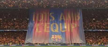 As duas equipes se posicionam para ouvir o Hino da Champions frente ao mosaico do Barcelona.