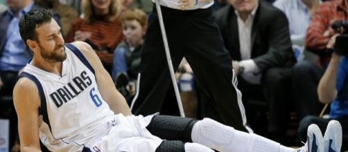 Andrew Bogut suffered a leg injury in his debut with the Cleveland Cavs on Monday night. [Image via Blasting News image library/inquisitr.com]