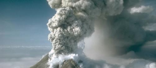 Augustine volcano blowing its top. M.E. Yount/USGS