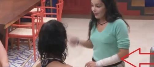Emilly machuca e aparece enfaixada assustando os participantes do BBB 17