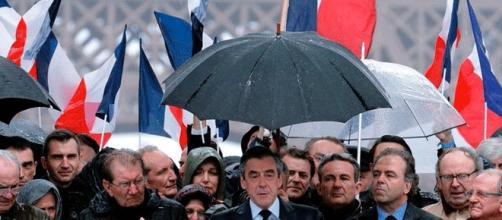 François FIllon bénéficie toujours du parapluie de la primaire de la droite et du centre, mais il continue à se trouer