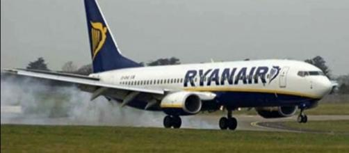 Scende dall'aereo dopo una lite: passeggeri si terrorizzano