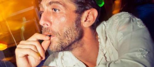 Un'intensa immagine di dj Fabo, prima del tremendo incidente che gli ha cambiato la vita.