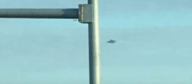 Testemunha revela ter fotografado ovni enquanto o carro estava parado no semáforo. Ele usou um IPhone para registrar a cena (MUFON)