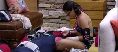 Emilly deixa presentinho sensual na mala de Marcos temendo ser eliminada