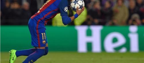Neymar Jr marca de penalti el quinto gol ante el PSG en los octavos de la Champions League