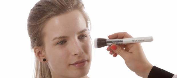 Aprenda o tom ideal de base para sua pele e como clareá-la se estiver mais escura