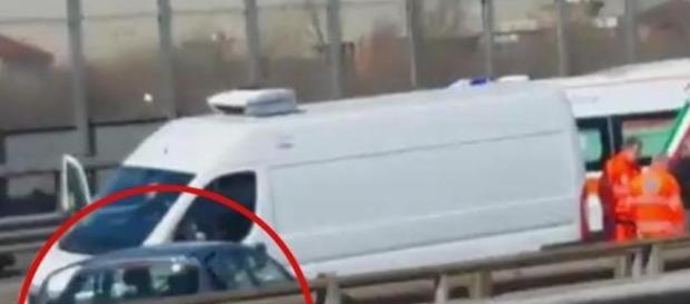 Evade dai domiciliari e ruba un'auto: inseguimento con Polizia e carabinieri