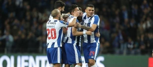 Felipe abraçado aos companheiros de time
