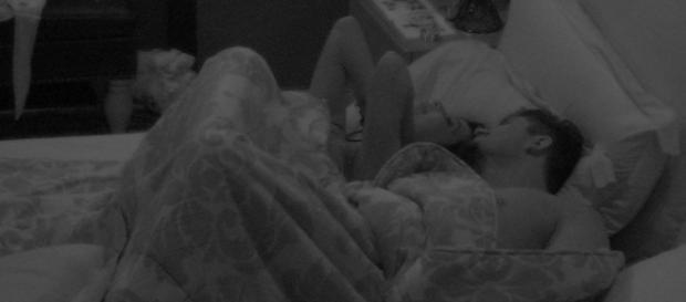 Noite pós paredão foi quente para Emilly e Marcos.