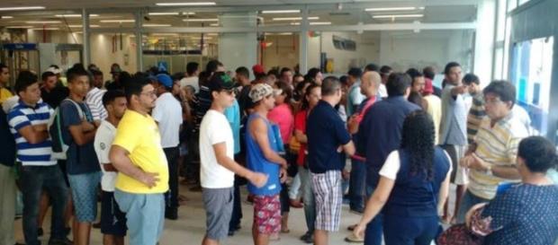 Paciência: Fila às 6h da manhã em agência de Olinda, PE (Foto Pedro Alves/G1)