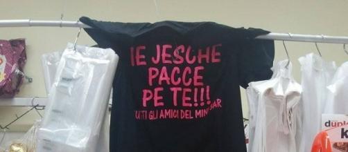 La maglietta simbolo dell'iniziativa ie jesche pacce pe te