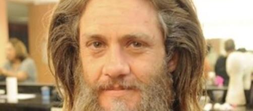 Leonardo Miggiorin caracterizado para passagem de tempo em 'A Terra Prometida'