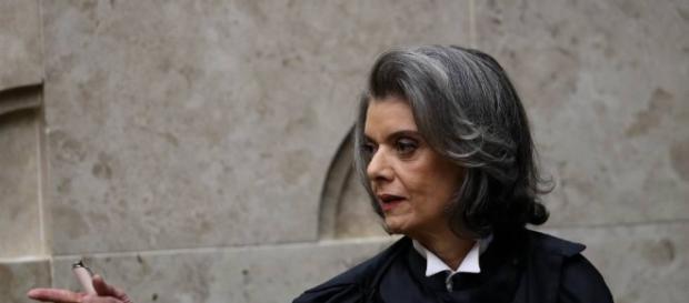Ministra Cármen Lúcia foi cumprimentada em comemoração ao Dia Internacional da Mulher