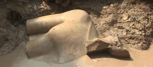 Parte da estátua colossal de Ramsés II, encontrada no Cairo. Reprodução: Youtube.