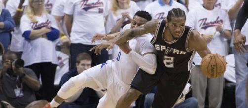 Kawhi Leonard and the Spurs pushed past the OKC Thunder on Friday night. [Image via Blasting News image library/inquisitr.com]