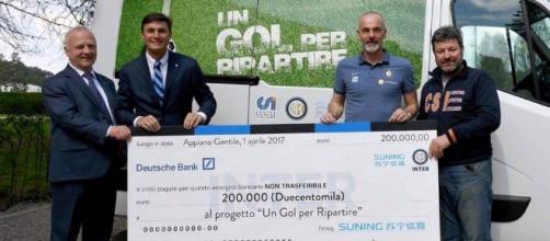 L'assegno da 200 mila euro donato dall'Inter alle popolazioni del centro italia colpite dal terremoto