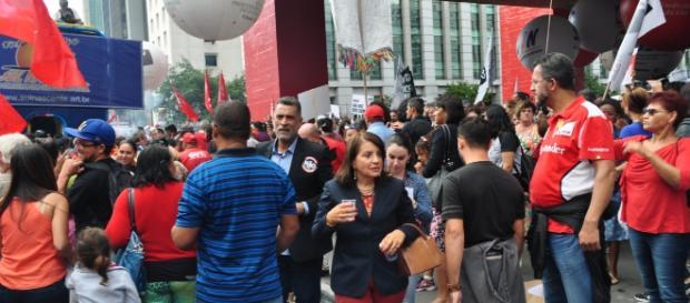A presidenta do Sindicato dos Professores do Estado de São Paulo, caminha na Avenida Paulista (Foto de Manoel Fernandes)