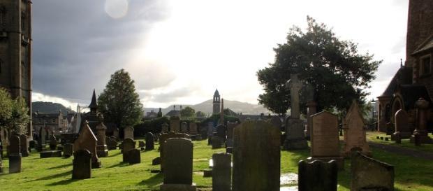 Casal tem relação sexual no cemitério