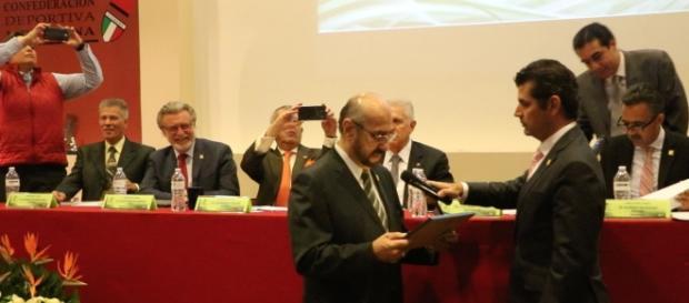 El Dr. José Amado Aguilar reconociendo de manera oficial a la Federación Mexicana de Surfing
