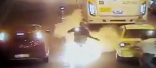 Homem foi salvo por motorista de ônibus.