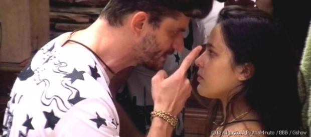 Marcos aponta dedo na cara de Emilly após ela xingar muito