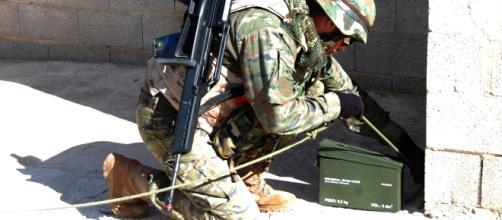 El zapador coloca un gancho de arrastre para desactivar el IED localizado.