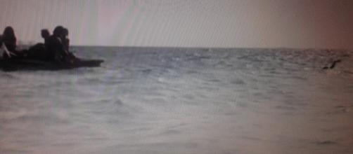 Raz Degan sorpassa a nuoto la zattera dei naufraghi