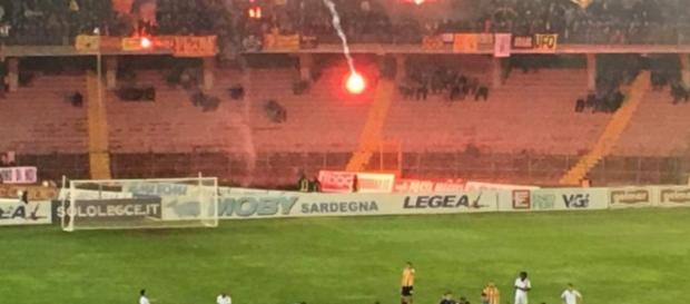 """Il Lecce contestato dal """"Via del mare""""."""