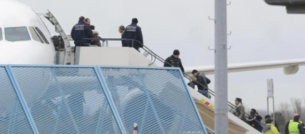 Keine Abschiebungen wegen Flugangst! Wozu gibt es Reisebusse? (Source URG Suisse Blasting News Archives)