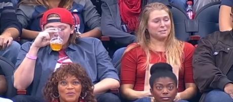Essa garota teve um beijo recusado por seu namorado ao vivo.