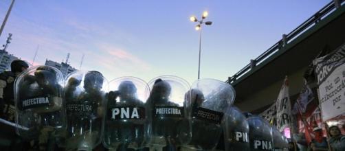 Efectivos de la Prefectura contiene el corte de un acceso a Buenos Aires durante la huegla de la CGT del pasado 6 de abril