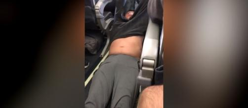 Police drag passenger out of United Airlines seat. Photo: Blasting News Library - mirror.co.uk