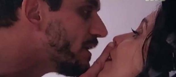 Marcos encurrala Emilly contra a parede e grita com a namorada (Foto: Reprodução/ Globo)