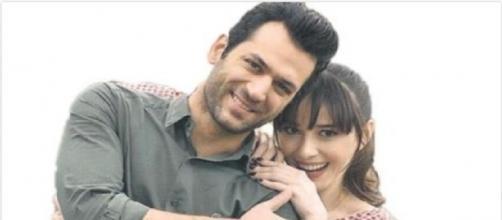 """Ozge Gurel e Murat Yildirim, protagonisti de """"Il primo bacio""""."""