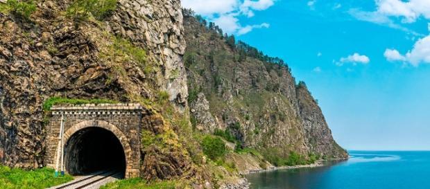 Ferrocarril Transiberiano y lago Baikal, principal fuente de agua dulce del mundo.