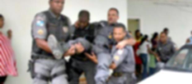O policial carioca foi socorrido e levado para um hospital