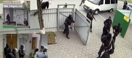 Le forze dell'ordine irrompono in un luogo di culto dei Testimoni di Geova in Russia