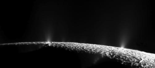 Encelado, satellite di Saturno, ha un oceano sotto la crosta ghiacciata