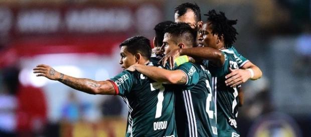 Palmeirenses se abraçam após vitória contra o Peñarol