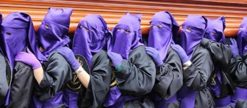 Penitentes cargando un paso en España